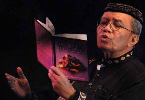Penyair Taufik Ismail membawakan puisinya di Gedung Kesenian Jakarta, Selasa (16/12).